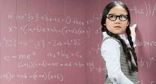 szemüveges gyermek az iskolában