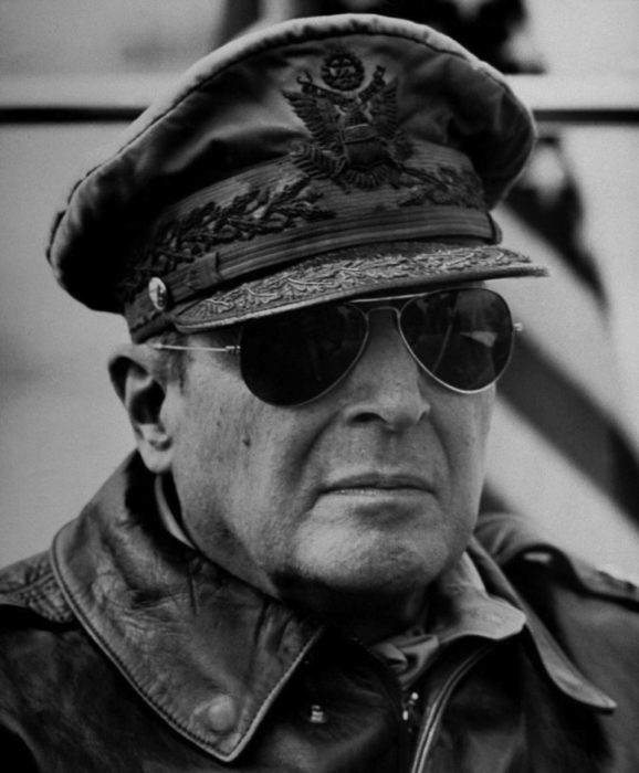 Douglas MacArthur Ray Ban Aviator napszemüvegben